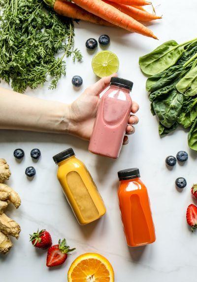 Gesunde Smoothies, Obst und Gemüse auf weißem Hintergrund.